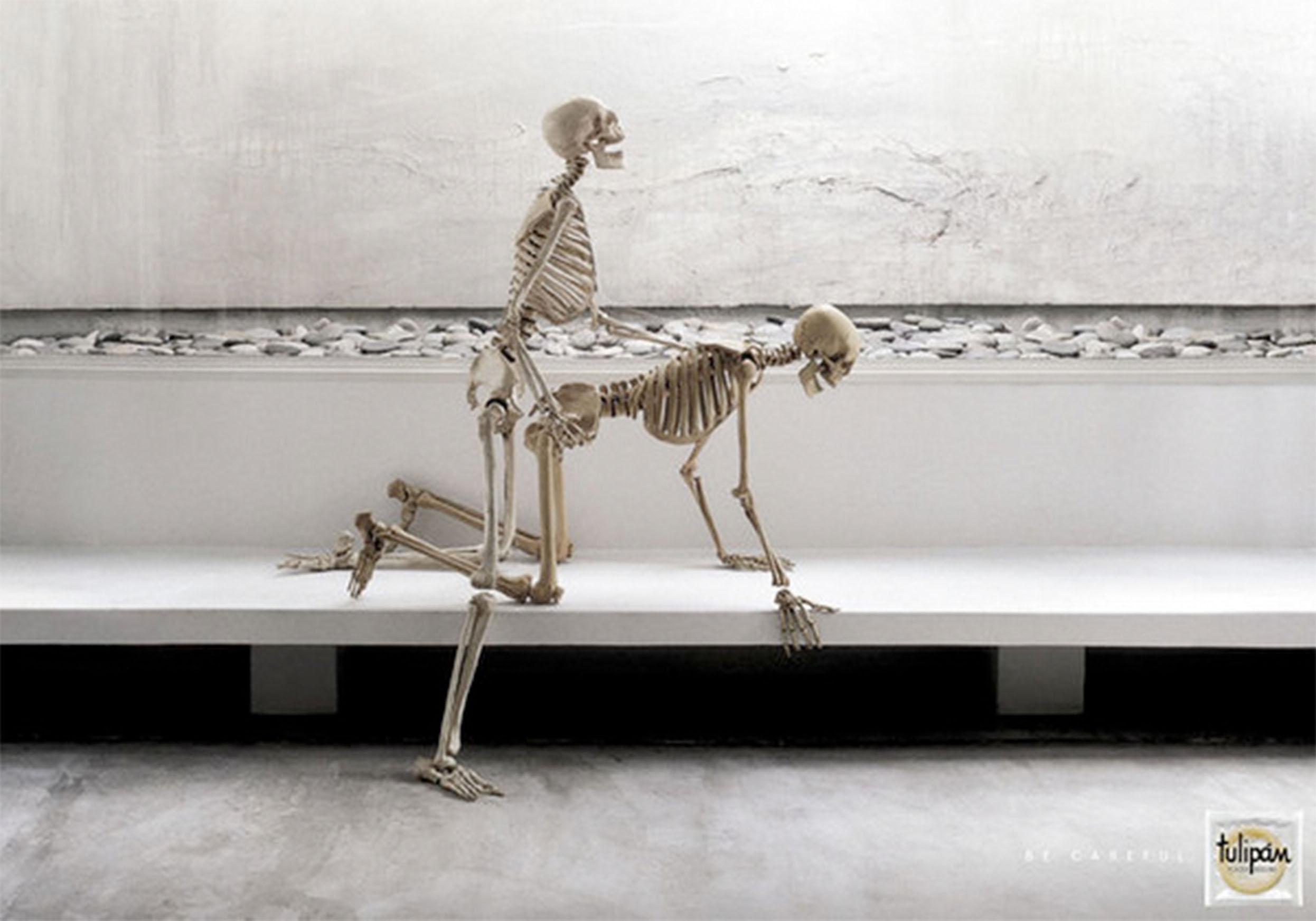 muzhik-trahaet-skeleta