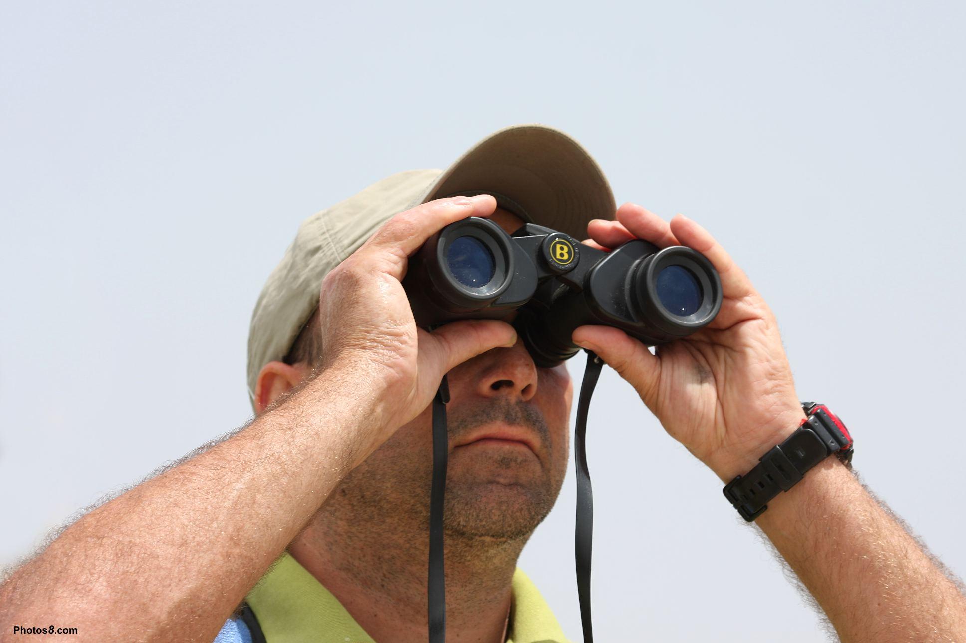 Человек смотрит в бинокль картинки